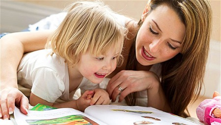 C1B3MG Mother and child reading
